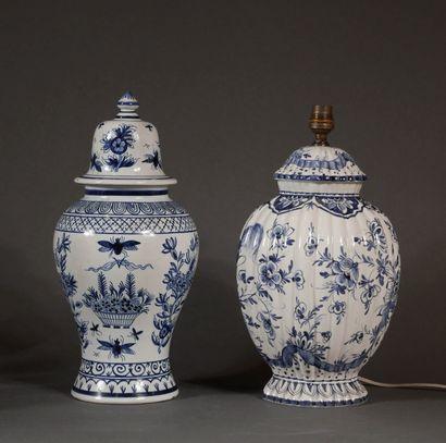 Deux potiches couvertes en faïence bleu-blanc...