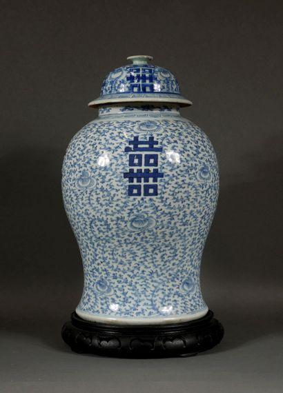 Potiche balustre en porcelaine blanc-bleu,...