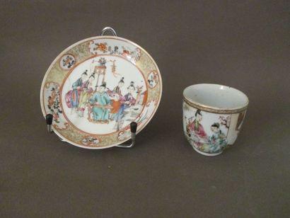 Tasse et sous tasse en porcelaine et émaux...