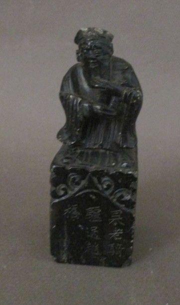 Cachet en stéatite noire, la prise sculptée...