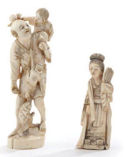 Deux okimonos en ivoire représentant un personnage...