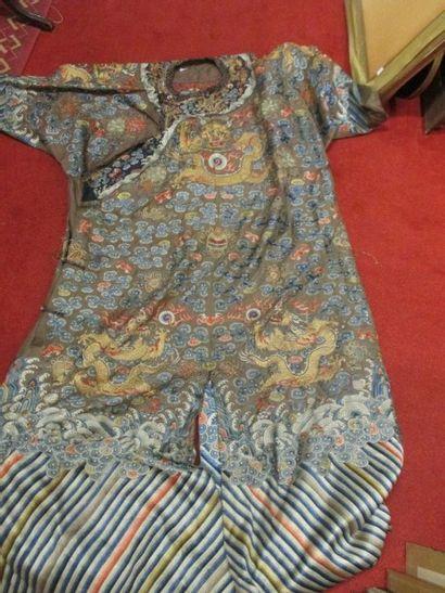 Robe de dignitaire en soie et lin sur fond...