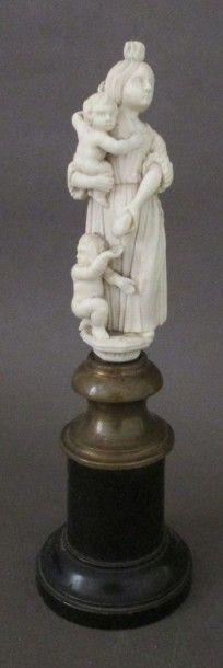 Petit groupe en ivoire sculpté représentant...