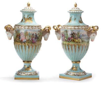 Paire d'importants vases couverts de forme...