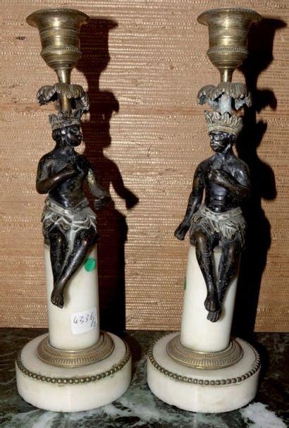 Paire de bougeoirs en marbre blanc, bronze...
