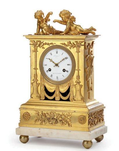 Pendule borne en bronze ciselé et doré, à...