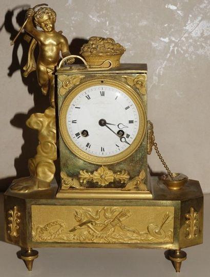 Pendule en bronze ciselé et doré, le cabinet...