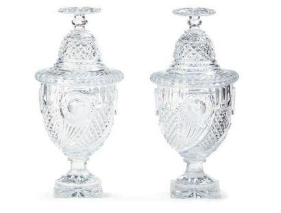 Paire d'urnes couvertes en cristal taillé...
