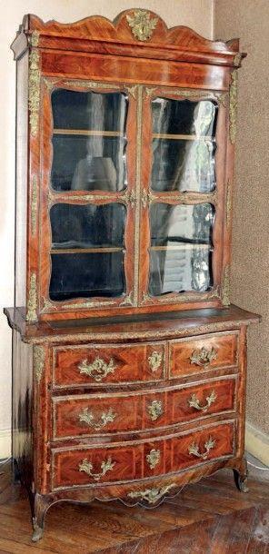 Meuble-vitrine en bois de placage marqueté...