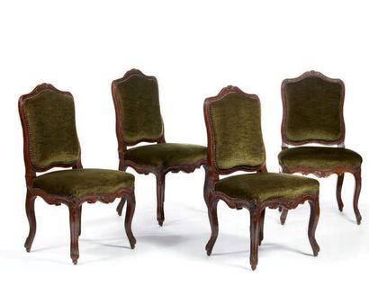 Suite de huit chaises à dossier plat et épaulé...