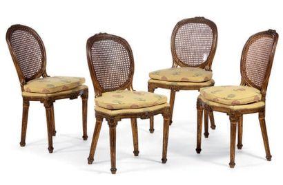 Suite de quatre chaises cannées en bois anciennement...