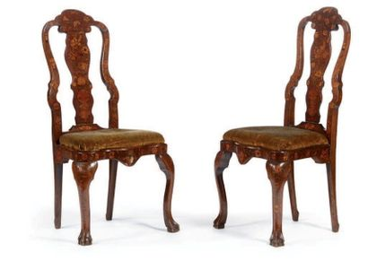 Paire de chaises à haut dossier en forme...
