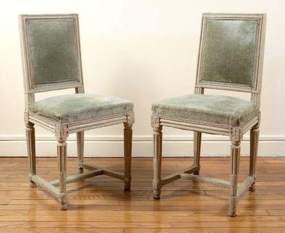 Paire de chaises à dossier plat en bois mouluré...