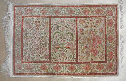 Petit tapis persan en soie à décor feuillagé...