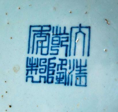 Vase bouteille Tianquping en porcelaine et émaux de la famille rose à décor de chauve...