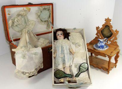 Coffre contenant une poupée allemande, tête...