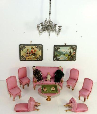 Salon de mignonettes en soie rose, comprenant...