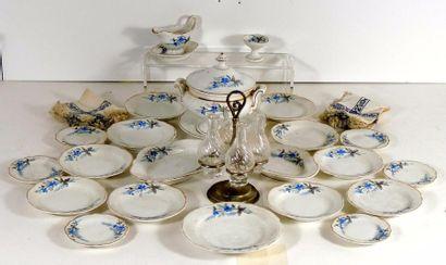 Service à diner en porcelaine fine à décors...