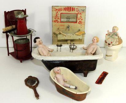 Salle de bain miniature, composée d'un lavabo...