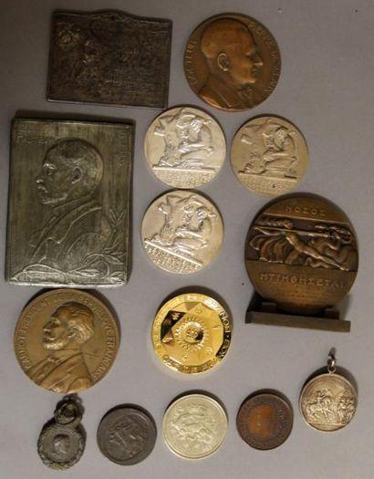Lot de médailles en bronze et divers