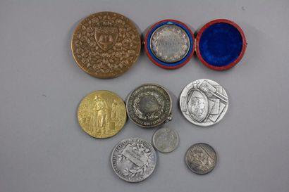 Lot de médailles en bronze, en argent ( pds...