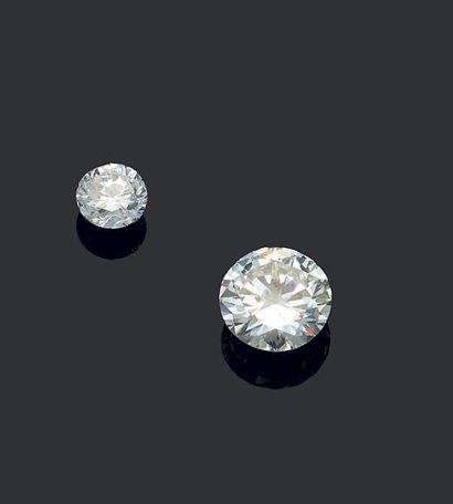 Bague en platine 850 millièmes, ornée au centre d'un diamant rond de taille brillant...