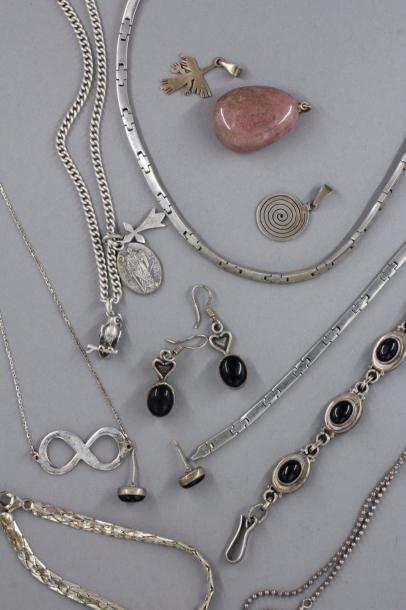 Lot de colliers, bracelets, pendentifs et...