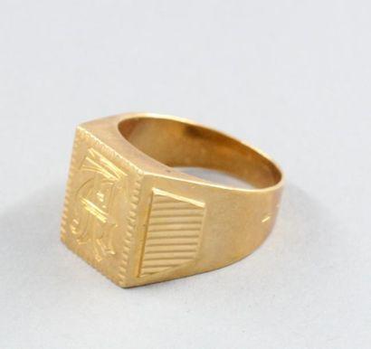 Chevalière en or jaune 18k chiffrée AF, pds...