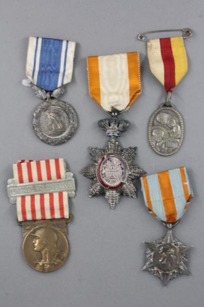 Lot de médailles :  - Chevalier de La Légion...