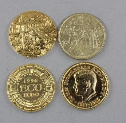 Quatre jetons en métal doré :  - 1 écu Europa...