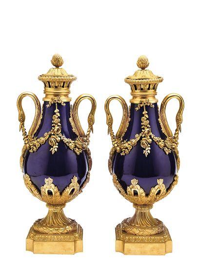 Paire de vases couverts en porcelaine émaillée...