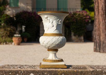 SÈVRES, dans le goût de.  Vase de forme Medicis...