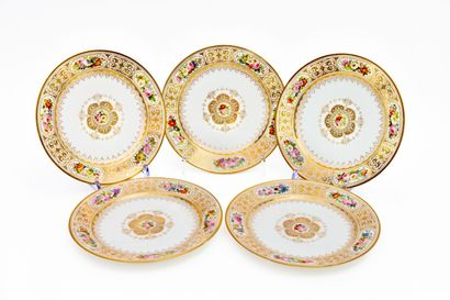 SÈVRES.  Ensemble de cinq assiettes en porcelaine...