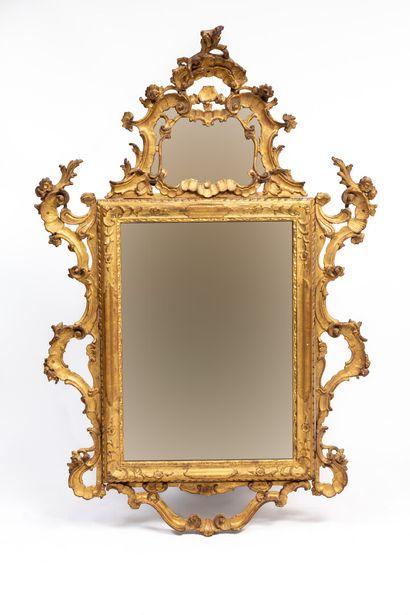 Miroir en bois sculpté, ajouré et doré, à...