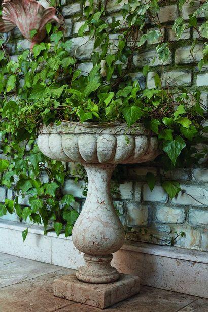 *Vasque sur pied en marbre rouge de Verone,...