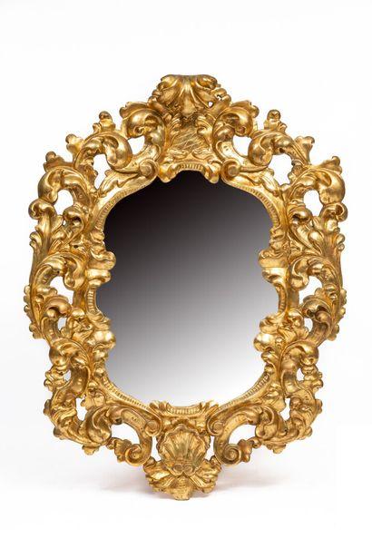 Important miroir mouvementé en bois sculpté...