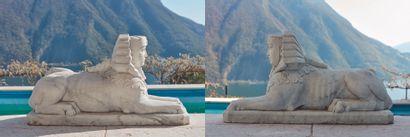 *Paire d'importants sphinx en marbre blanc...