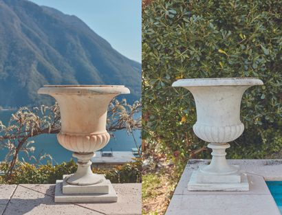 *Paire de vases Medicis en marbre blanc. Le...