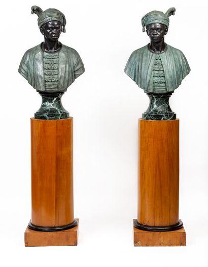 *Paire de bustes de nubiens en bronze, sur...