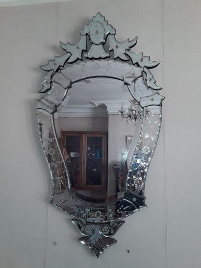 * Miroir de style vénitien.  Hauteur 110cm...