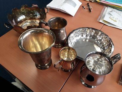* Lot de métal argenté comprenant : cuillères...