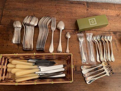 Lot en métal comprenant : partie de ménagère...