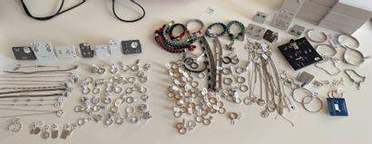* Important lot de bijoux fantaisie dont...