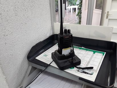 Talkie walkie HTRF + téléphones + agrafeuse...