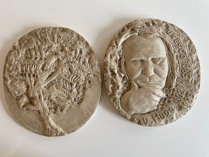 * Deux médaillons en plâtre H. 20,5 cm environ...