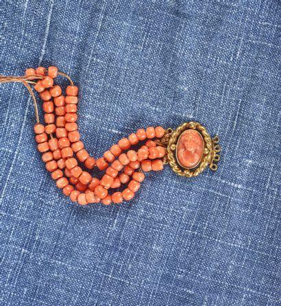 Bracelet en perles de corail et or jaune...