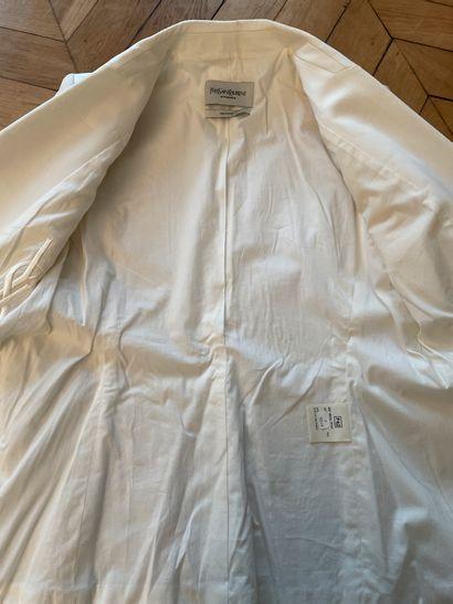 YVES SAINT LAURENT rive gauche  Elégante veste de tailleur en coton blanc.  Quelques...