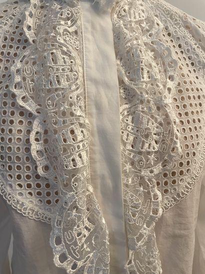 TSUMORI CHISATO  Belle chemise en coton, broderie ajourée et broderie figurant des...