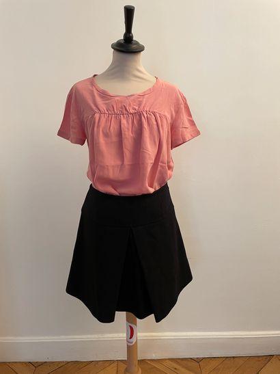 MIU MIU  Ensemble comprenant jupe en laine noir et top rose en soie.  Pour la jupe,...