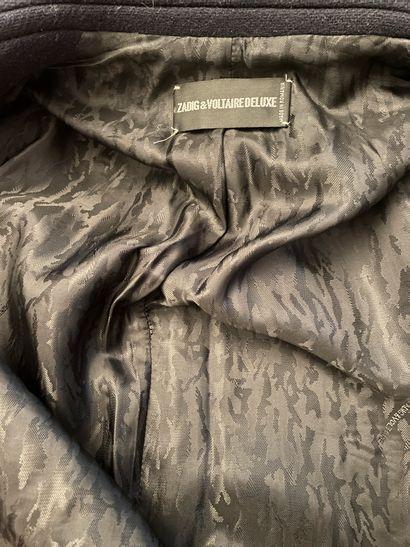 ZADIG VOLTAIRE DELUXE  Long manteau en laine bleu marine et rivets en métal argenté....